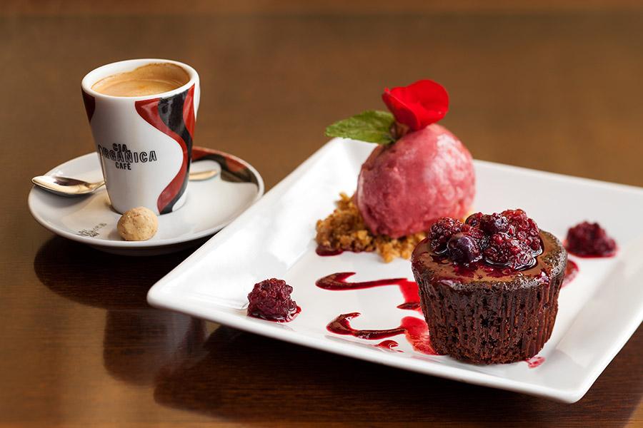 brownie-de-chocolate-com-frutas-vermelhas_11223331754_o