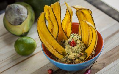 Aprenda a fazer a Guacamole com chips de banana verde